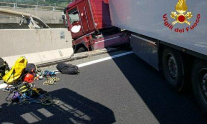 Mezzo pesante rimane in bilico in autostrada: salvato il conducente – IL VIDEO