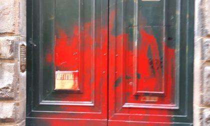 Atti vandalici, a Firenze imbrattato portone della sede di agenzia di affitti turistici