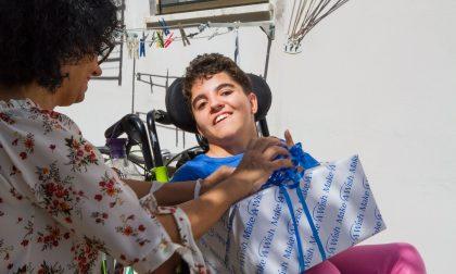 Realizzato il sogno di Azzurra: un giro in bici con i genitori sul lungomare