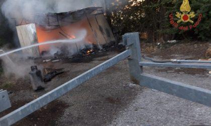A fuoco baracche in via di Grignano