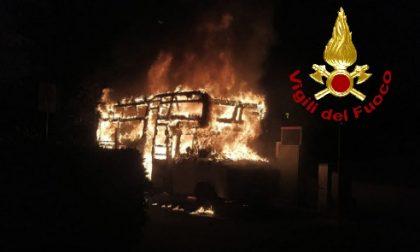 A fuoco camper nel parcheggio di un condominio LE FOTO