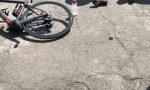 Ciclista prende la borraccia e cade sulla statale 325