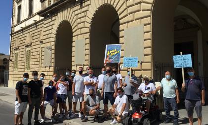 """Stamani grande (e rumorosa) protesta dei Giostrai: """"il Comune ci faccia lavorare"""" – GUARDA LE FOTO"""