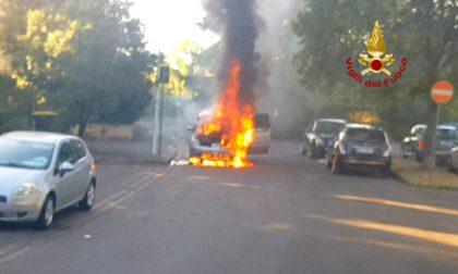 Auto prende fuoco mentre viaggia