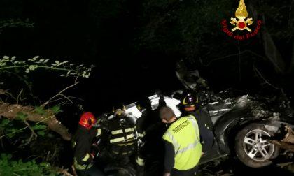 Escono fuori strada con l'auto: tutta la notte per cercare di soccorrerli. Un uomo non ce l'ha fatta