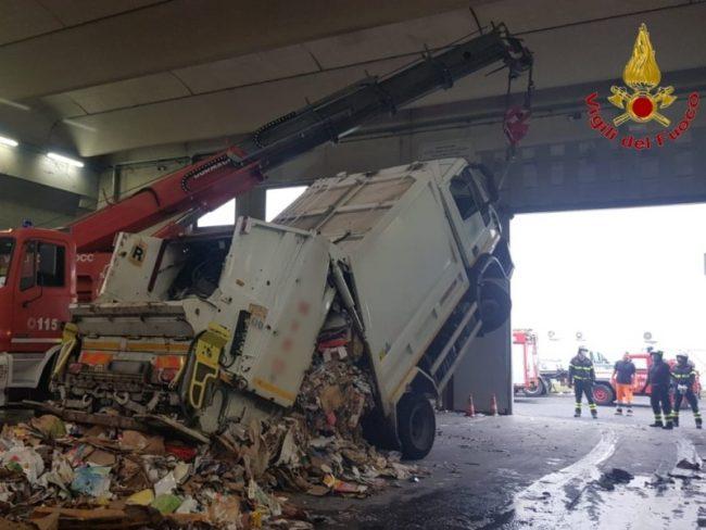 Camion compattatore si ribalta durante le operazioni di scarico