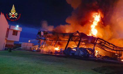 Incendio in una fabbrica: sul posto anche un mezzo aeroportuale dei vigili del fuoco – LE FOTO
