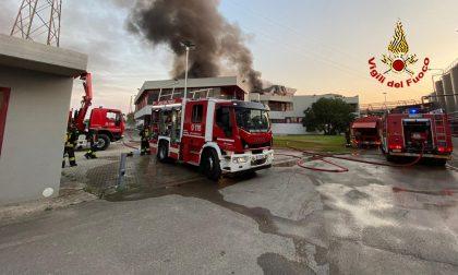 """Incendio della Silo Spa, parla l'Asl: """"limitare la permanenza all'esterno in prossimità dello stabilimento"""""""
