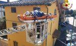 Cade in casa a Campi Bisenzio, vigili del fuoco la portano fuori tramite l'autoscala
