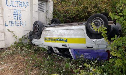Ruba l'auto delle Poste Italiane, si ribalta e finisce in ospedale: arrestato