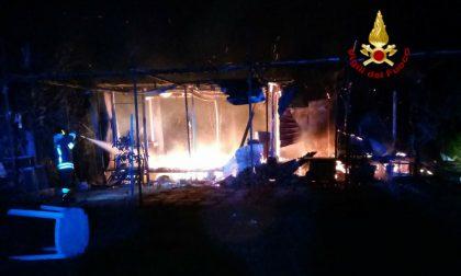 Via di Castelnuovo: a fuoco una baracca in un terreno agricolo