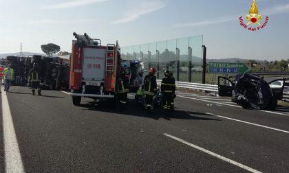 Auto e tir si scontrano sulla A1 a Scandicci: tre persone estratte dai veicoli