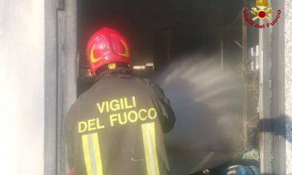 Vigili del fuoco al lavoro a Carmignano per un incendio in un capannone
