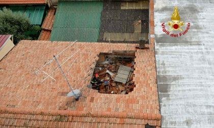 Crolla parte di un tetto di un condominio a Prato: evacuati i residenti