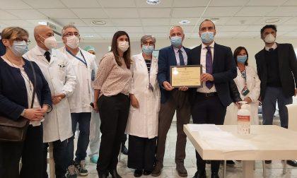 Il momento del riconoscimento: gli operatori della sanità pratese ricevono un attestato di merito ed un encomio per i meriti conseguiti durante l'emergenza sanitaria per il Coronavirus