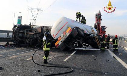 Si ribalta una cisterna in autostrada: chiusa la corsia sud dell'A1, vigili del fuoco di Firenze al lavoro
