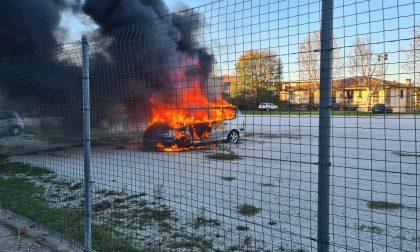 Prende fuoco auto abbandonata: ipotesi dolo