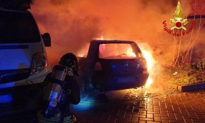 Va a fuoco un'auto in via Bovio: in corso gli accertamenti per stabilire le cause