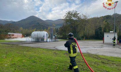Vaiano, vigili del fuoco in azione per chiudere una perdita di ossigeno da un serbatoio di un'azienda