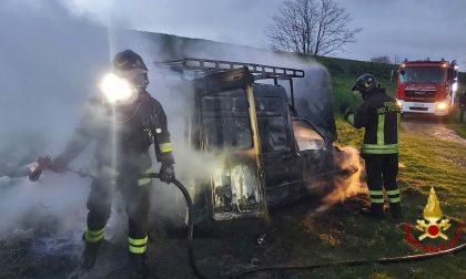 A fuoco furgone: GUARDA TUTTE LE FOTO