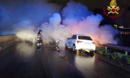 L'auto prende fuoco sulla declassata… paura in serata a Prato – LE FOTO