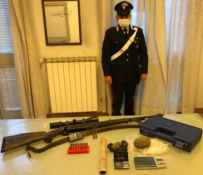 Droga, fucile e refurtiva trovati in casa di un 29enne