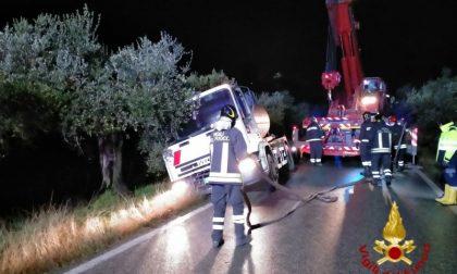 Autobotte uscita di strada a Carmignano – GUARDA LE FOTO