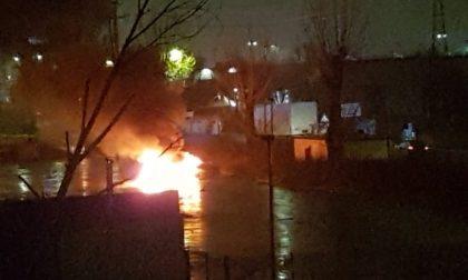 Prende fuoco materiale accatastato fuori da una fabbrica in via Fratelli Cervi a Capalle -LE FOTO