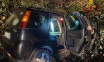 Ghiaccio sull'asfalto: esce di strada con l'auto