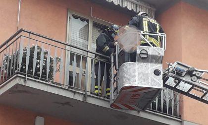 Fiamme in un appartamento a Prato: vigili del fuoco evacuano 6 persone di cui tre bambini. In cinque al Pronto Soccorso