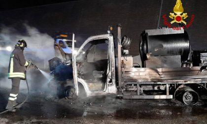 Incendio in A1: a fuoco macchina per asfaltatura della strada