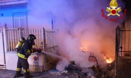 A fuoco una minicar: il fumo invade gli appartamenti