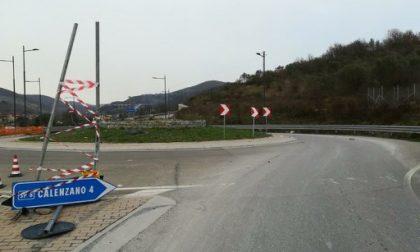 Atterra i cartelli stradali alla rotonda. Preso grazie alla telecamere