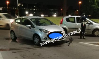 Scontro con un'auto: 26enne sul monopattino in gravi condizioni