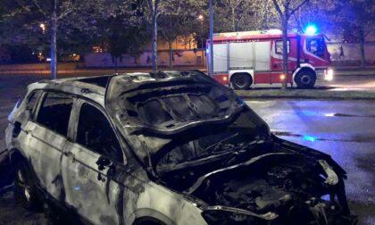 Auto in fiamme davanti al cimitero
