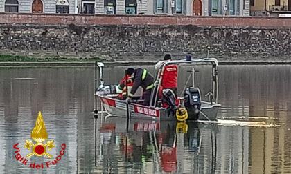 Trovato dai sommozzatori l'uomo disperso in Arno