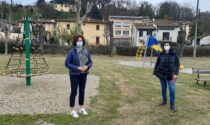 Aree gioco e attrezzature ludiche nei giardini comunali, conclusi gli interventi di riqualificazione in piazza Andrei, piazza del Popolo e Largo Saint Fons