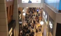 Da oggi hanno riaperto i centri commerciali nel week end...ed è subito folla di persone - Guarda le foto