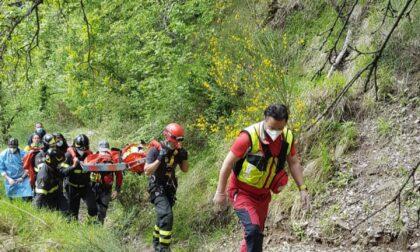 Una donna accusa un malore mentre cammina in un sentiero, soccorsa dai vigili del fuoco