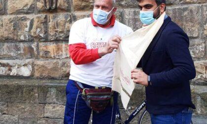 Dopo il Giro d'Italia: Banchelli consegna Kata dell'Himalaya all'assessore di Firenze