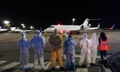 Atterrato a Pisa il volo che ha rimpatriato Enzo, Simonetta e Mariam dall'India