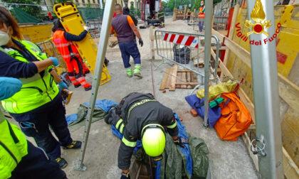 Cade in un tombino profondo sei metri, infortunio sul lavoro in viale Lavagnini a Firenze