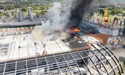 Va a fuoco il tetto della Coop di Ponte a Greve - GUARDA LE FOTO