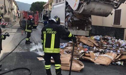 In fiamme un camion della nettezza