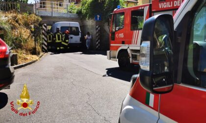 Furgone incastrato al sottopasso di via Marini a Prato: due feriti