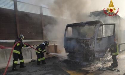 Tir prende fuoco sulla A1