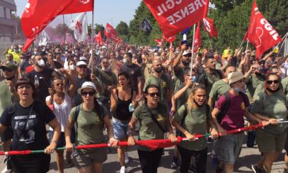 """Oltre 10mila persone alla manifestazione Gkn: """"Siamo ancora in piedi"""""""