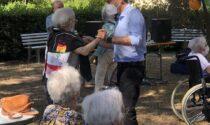 Musica e danze in giardino stamani per gli ospiti della RSA Santa Caterina de' Ricci a Prato. Si festeggia la normalità