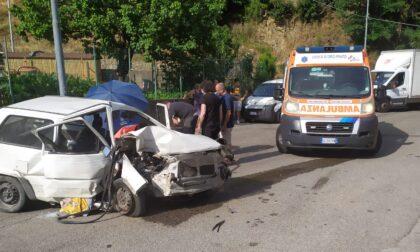 Perde il controllo dell'auto e sbatte contro un lampione: paura sulla via nuova per Migliana