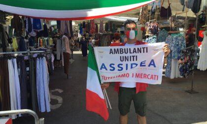 Gli ambulanti del mercato di Sesto tifano l'Italia: in vista della partita, tanti tricolori tra i banchi